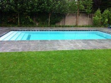 Zwembad met een ingebouwde inlooptrap over de gehele breedte.