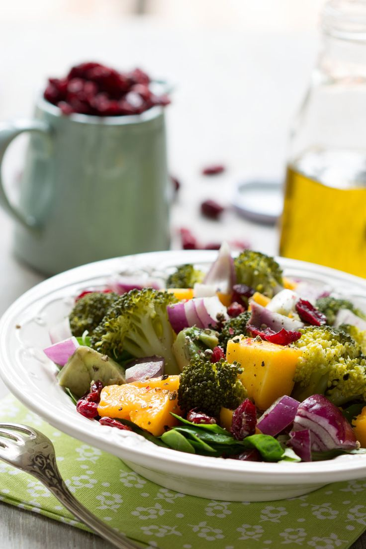 Salade de brocoli, mangue, avocat, oignon rouge et canneberges (vegan)