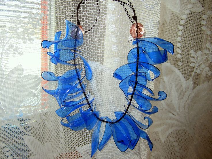 From Czech site http://www.fashioncabinet.cz/spatreno-vyrobeno-marni-for-hm-nahrdelnik/ - a great Marni-inspired plastic petal necklace using cut up plastic bottles shaped over candle flame.