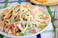 Очень простой и вкусный салатик Ингредиенты: -нежирная колбаска, -огурцы маринованные, -огурцы свежие, -сырая морковь, -горошек зеленый консервированный, -кукуруза консервированная, -соль по вкусу, -майонез или сметана, кому как нравится. Приготовление: Салатик очень просто готовится все ингредиенты сырые, варить ничего не надо, поэтому время приготовления сокращается в разы, нужно нарезать соломкой ингредиенты, и просто заправить майонезом или сметаной. Приятного аппетита!
