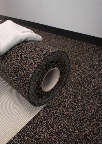 Il sistema per ridurre il rumore da calpestio: Mapesonic Cr, il fonoisolante di Mapei. Sono teli in sughero e gomma riciclata che si posano sul vecchio pavimento prima di mettere la nuova pavimentazione. Tempo: una giornata di lavoro, per un appartamento di 80 metri quadrati. Dopo 24-48 ore è possibile procedere alla posa del nuovo pavimento