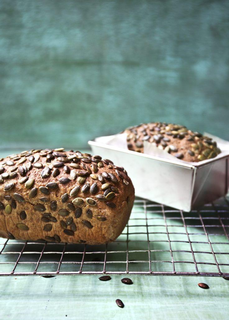 Bakerens ekstra grove brød passer til din sunne hverdag og smaker deilig av både gresskarkjerner, honning, fullkornshvetemel, grov sammalt rug og hvetekli.