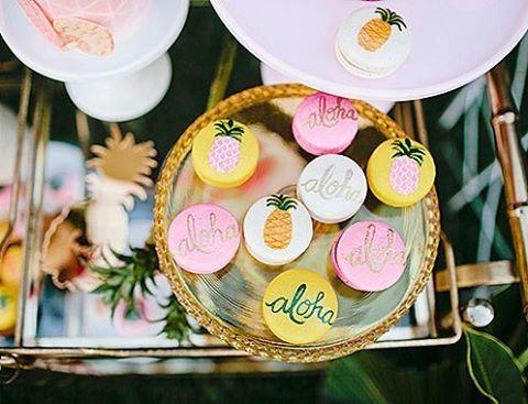 Num caso de amor com esses macarons tropicais! No Decorismo tem muitas fotos dessa mesa e festa ha...