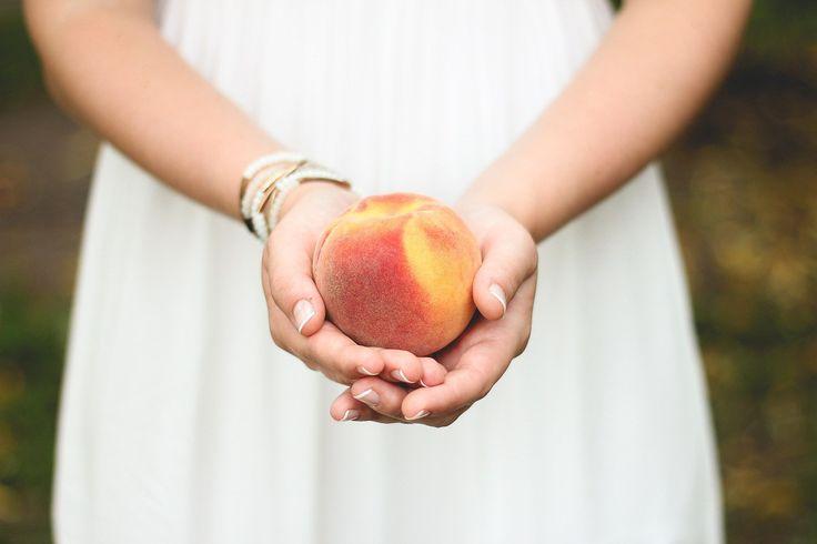 Brzoskwiniowe wesele - Szukasz wyjątkowych dekoracji ślubnych? Jednym z najbardziej uroczych motywów jest brzoskwiniowy. To bardzo delikatny kolor. Kojarzy się z lekkością i ciepłem. Świetnie łączy się z różem, kolorem miętowym, pomarańczowym, kremowym czy jasnym zielonym. Pamiętaj o tym, aby na stole znajdowały się br... - http://www.letswedding.pl/brzoskwiniowe-wesele/