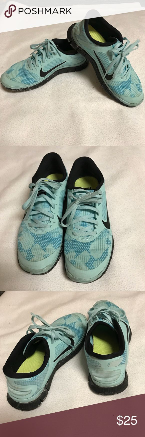 Nike free 4.0 tennis shoes Nike tennis shoes with spotted blue print. Visible wear but still highly wearable Nike Shoes Athletic Shoes