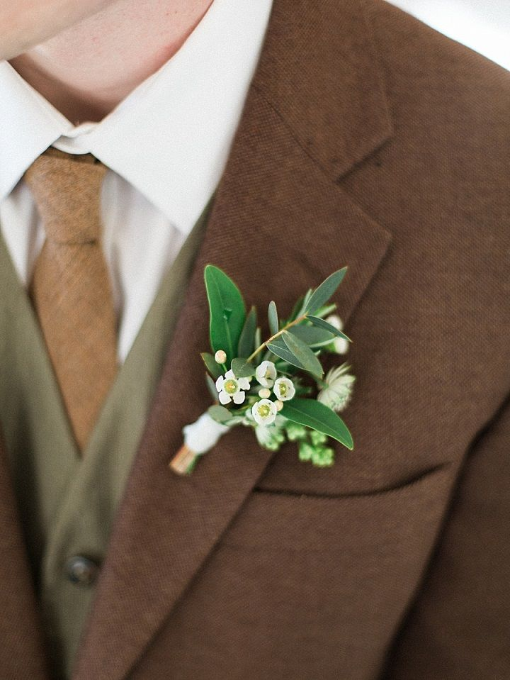 White and green boutonniere on brown and green suit | itakeyou.co.uk #fallwedding #rusticwedding #weddingboutonniere