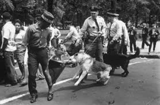Em 1963, durante os protestos de afro-americanos e os confrontos com a estrutura racista que pretendia manter a segregação nos EUA, Charles Moore capturou a rotineira brutalidade contra os negros no Alabama. Depois da publicação de uma série de fotos como essa, os políticos pressionados pela comunidade internacional decidiram aprovar o Ato de Direitos Civis de 1964.
