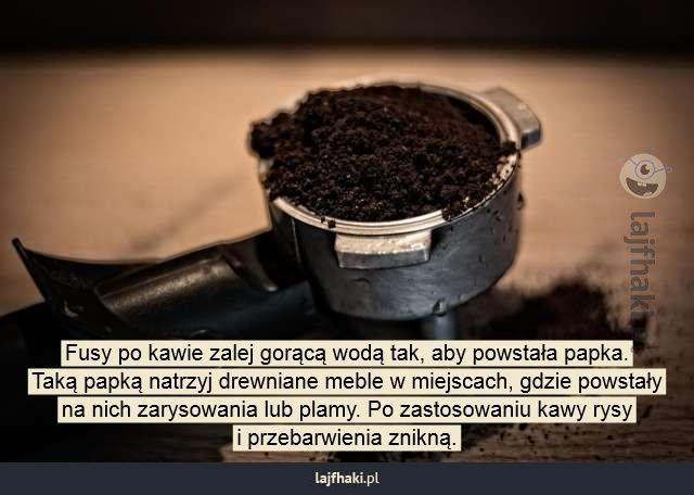 Czym usunąć plamy i rysy na meblach? - Fusy po kawie zalej gorącą wodą tak, aby powstała papka. Taką papką natrzyj drewniane meble w miejscach, gdzie powstały na nich zarysowania lub plamy. Po zastosowaniu kawy rysy i przebarwienia znikną.