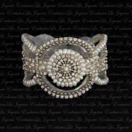 Brazalete de novia perlado. Son perlas de rio colocadas cuidadosamente y mezcladas con cristales de Swarovski en tonos neutros. Lo podeis encontrar aqui www.lajoyeriaexclusiva.com