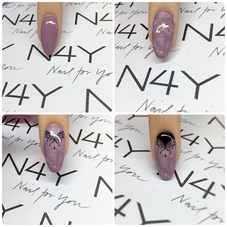 Negle stickers på bund af lilla marble nail art. Negle stickers kan købes i shoppen. http://www.nail4you.dk