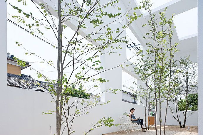 I'm becoming a big fan of the increadibly light but unconventonal spaces designed by (japanese?) architect Sou Fujimoto