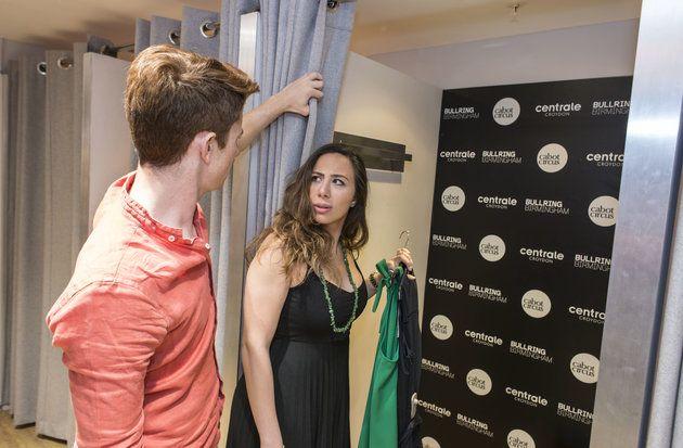 """High Street Shops Cover Up Spiegel To Make Shoppers """"mehr Komfort"""" mit ihrem Körper - http://berlinmoda.com/mode/high-street-shops-cover-up-spiegel-to-make-shoppers-mehr-komfort-mit-ihrem-korper/"""