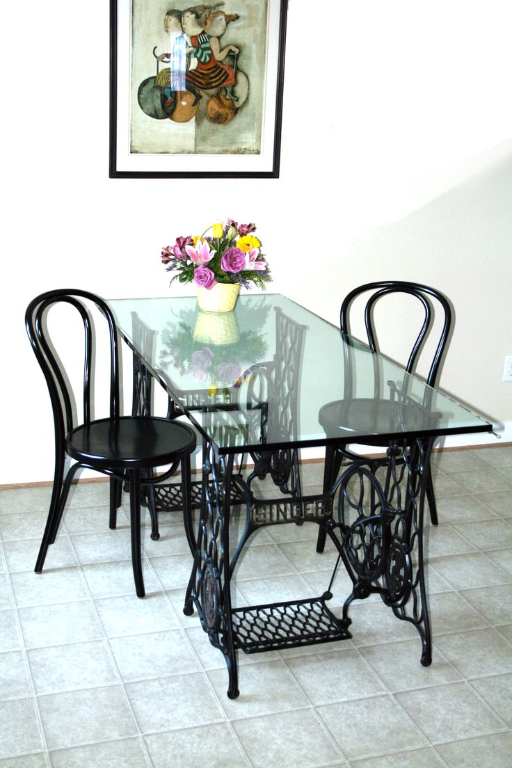 Reciclaje de muebles con antiguas máquinas de coser http://lastressillas.com/reciclaje-muebles-antiguas-maquinas-coser/