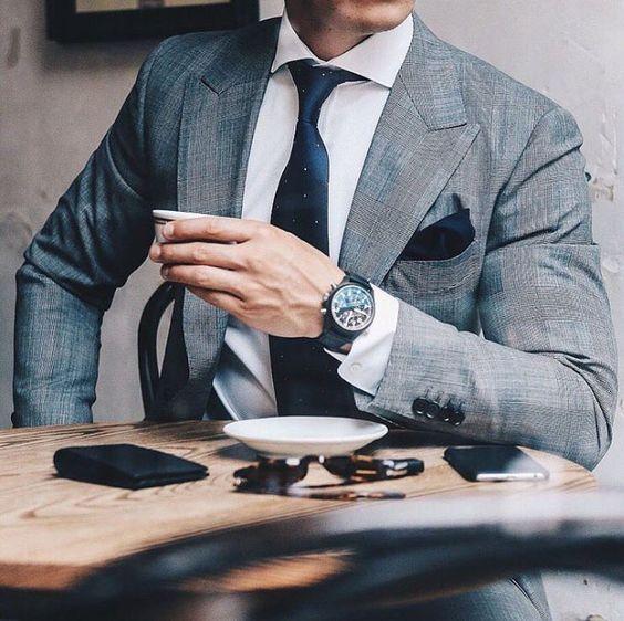 Costume Prince-de-galles gris clair porté avec une chemise blanche et une cravate bleue à pois #style #menstyle #menswear #fashion #dandy #chic #suit #tie #shirt