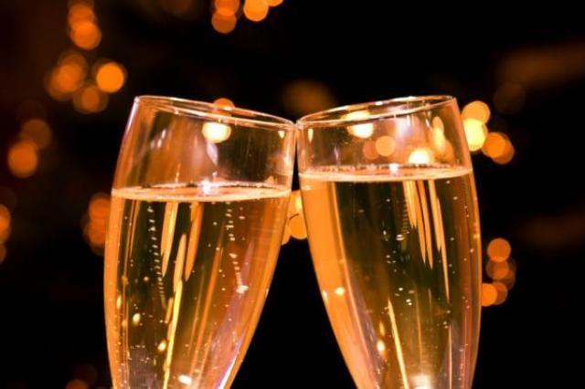 Δείτε τη συνταγή για κοκτέιλ με σαμπάνια (Champagne Cocktail) και δημιουργήστε ένα εκπληκτικό απεριτίφ για το ρεβεγιόν σας.