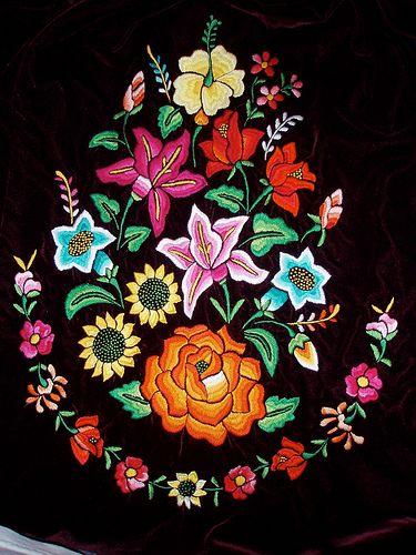 Embroidery for a fancy local bloose - Huipiles de Juchitán de Zaragoza, Región Istmo, Oaxaca, Mexico | por Lon&Queta