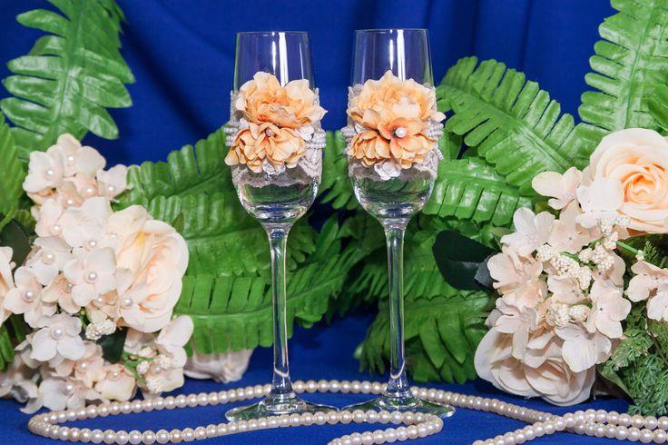 Свадебные бокалы в винтажном стиле.