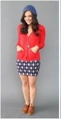 Оранжевый кардиган, красная юбка, бежевый берет, коричневые ботильоны