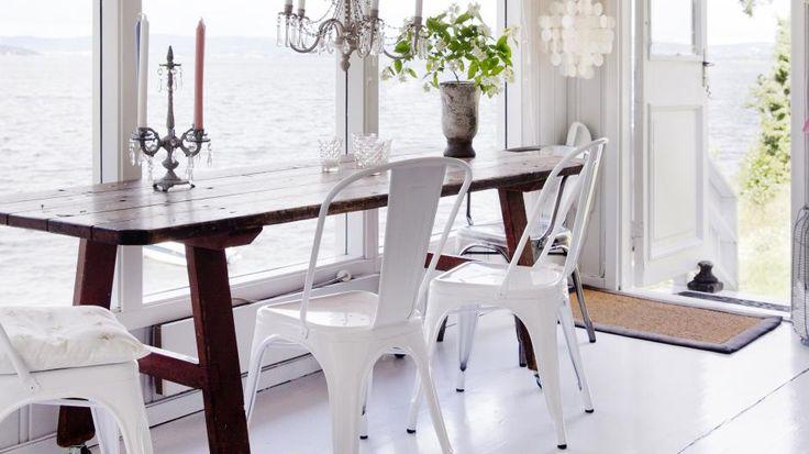 LYST OG ÅPENT: Et langt, smalt bord gir bedre plass rundt, og store vinduer og hvite vegger gjør rommet lyst og åpent.