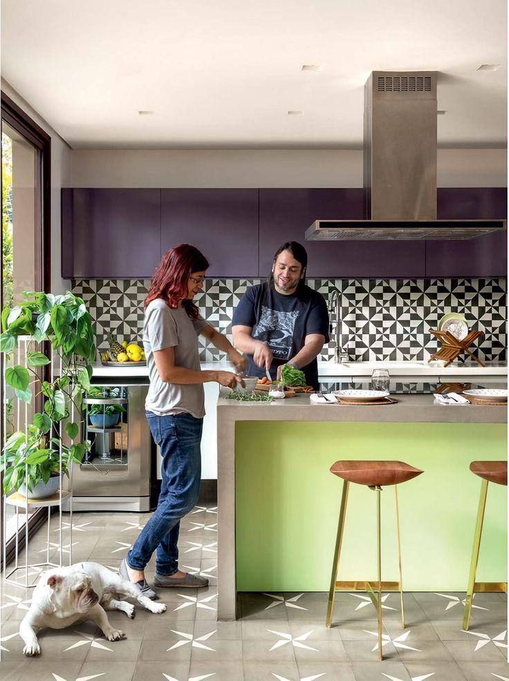 02-cozinha-cheia-de-cor-com-ladrilhos-hidraulicos-e-armarios-berinjela