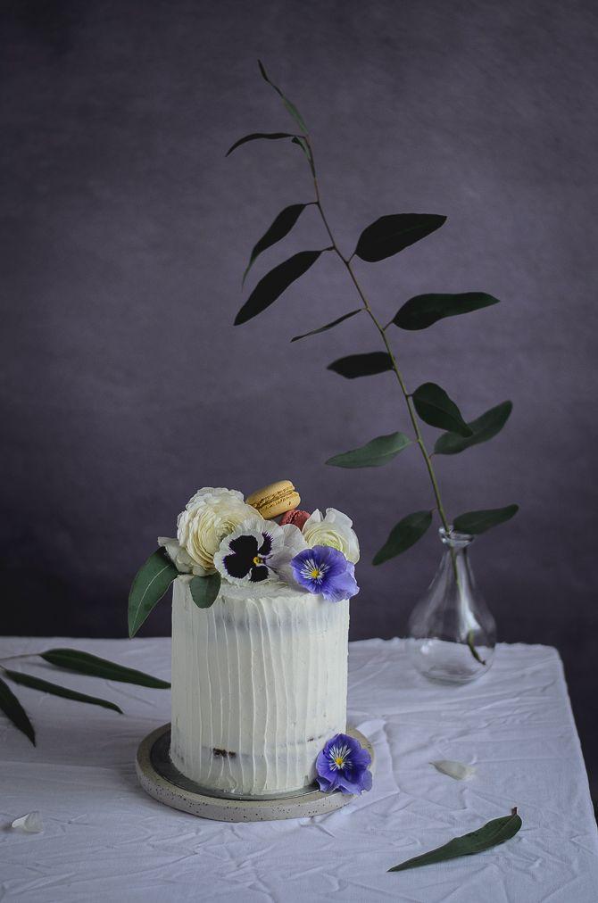 Coco e Baunilha: Bolo de amêndoa com curd de framboesa e cobertura de mascarpone // Almond raspberry curd cake with mascarpone frosting