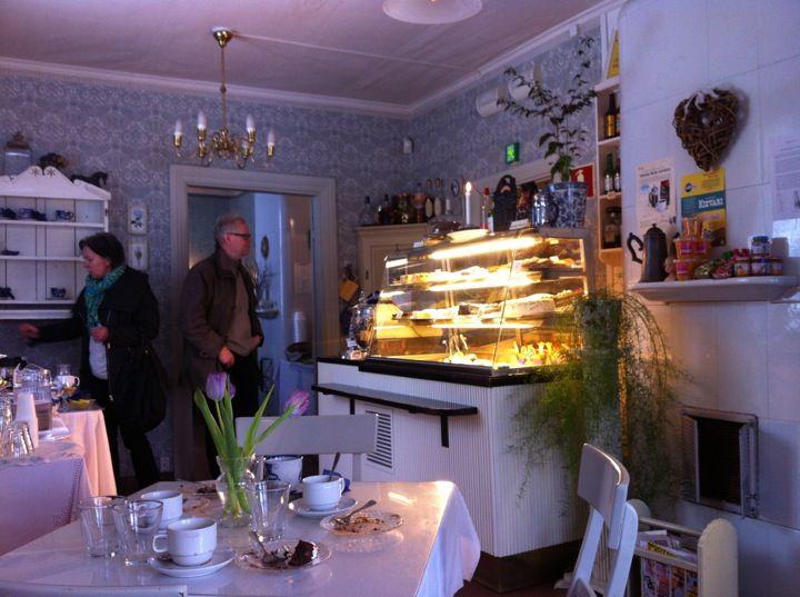 Entisestä Kuskin talosta löydät Tallipihan Kahvilan, joka tarjoaa kiireettömän tunnelman lisäksi viihtyisät puitteet perheen kahvihetkelle, ystävien tapaamiseen, ryhmämatkaajille ja yritysten tilaisuuksiin. Kahvila on varustettu A-oikeuksin ja avoinna ympäri vuoden. Juuri paistettujen leivonnaisten tuoksu houkuttaa nauttimaan hetkestä.