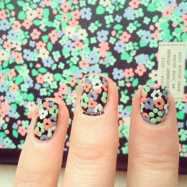 Blogger Jewel-nails lakte haar nagels in exact hetzelfde printje als onze nieuwe schoolagenda. Hoe leuk is dat!