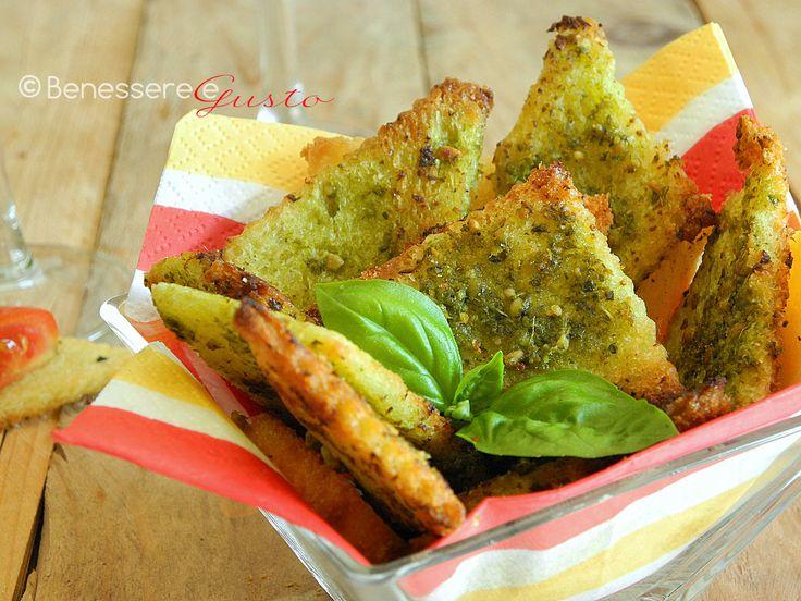 Crostini al pesto di basilico, Finger food, Aperitivo, antipasto. Stuzzichini croccanti e sfiziosi, ricetta facile e veloce con Pancarré e pesto di basilico