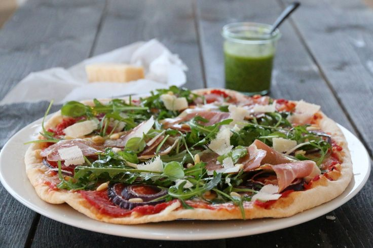 Pizza med mozzarella, spekeskinke og ruccula