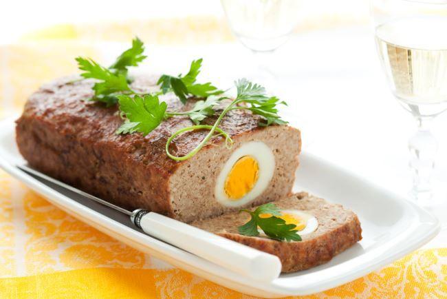 Polpettone di carne con prosciutto cotto, scamorza e uovo sodo