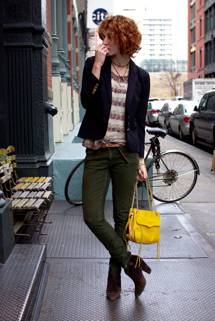 Claire from De Lune wearing Ash bootsAsh Boots, Army Green, Fashion Style, Casual, Book, Short Curly Hair, Fashion Blog, Yellow Bags, Bold Colors