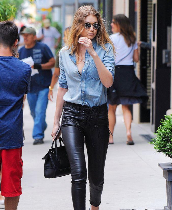 New York sokaklarının en havalı üçlüsü: Denim, deri ve Gigi!  Stil ilhamı için >> http://vogue.com.tr/unlu-stili/sokagin-yeni-coolu-denim-deri-ve-gigi
