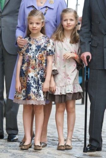 The Spanish royal family spend a few days at Easter in Palma de Mallorca and attend Sunday Mass in the cathedral habit. In recent years, the family photo is significantly reduced.     Firstly following the separation and divorce of the Infanta Elena, her children Felipe and Victoria Frederica are not always present, sometimes being on vacation with their father.  the health problems of the sovereign as the forced last year to stay in Madrid.
