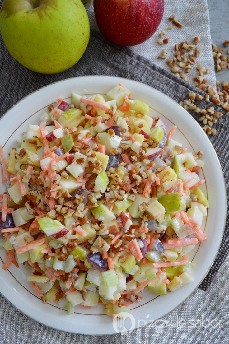 La versión ligera y saludable de la clásica ensalada de manzana navideña. Manzana, piña, zanahoria, apio, uvas y nuez. ¡Queda deliciosa!
