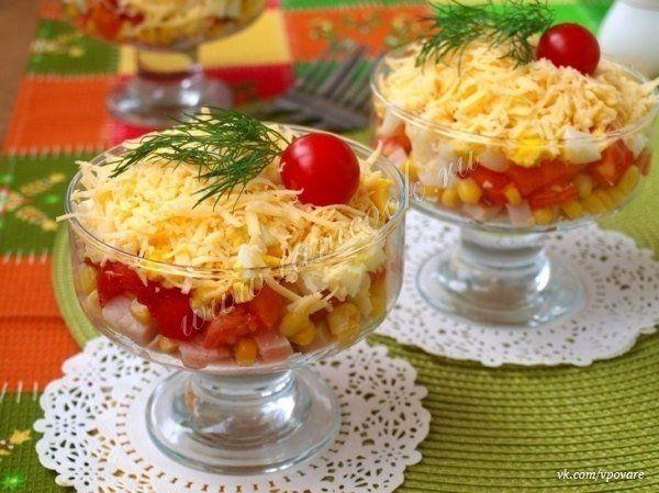 """Салат «Восторг»  Ингредиенты:  Курица копчёная - 200 грамм; Яйца варёные - 2 шт; Кукуруза консервированная - 0.5 банки; Сыр твёрдый - 120 грамм; Помидоры - 3 шт; Чеснок - 1 зубчик; Майонез - по вкусу.  Приготовление:  Салат """"Восторг"""" - это вкусный и сочный салат с копчёной курицей и помидорами. За счёт курицы салат получается очень сытным, а помидоры придают ему сочность. Такой салат лучше готовить порционно для каждого гостя. Салат яркий и замечательно подойдёт на любой праздничный стол…"""