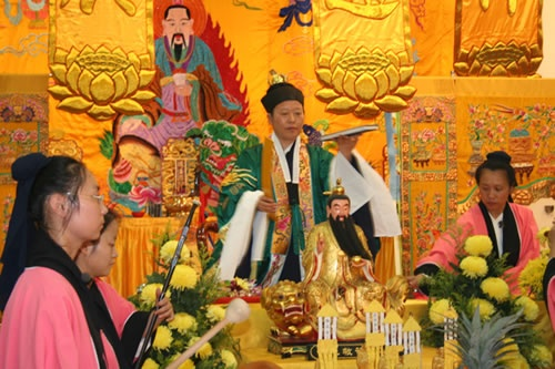 Female Daoshi performing a ritual, with Daoist nuns accompanying with musical instruments. At Maoshan Qianyuan Temple, Singapore.
