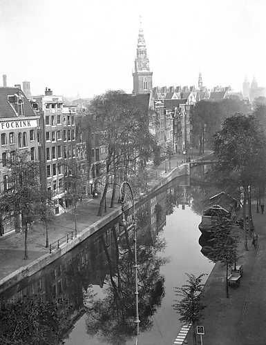 October 13, 1943. The Oudezijdsachterburgwal with in the background the tower of the Oude Kerk. ANP Photo Co Zeylemaker. #amsterdam #1943