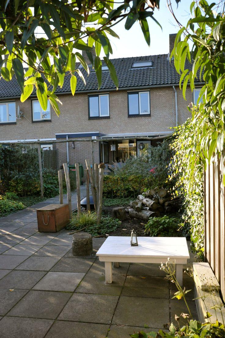 Gezinstuin pergola en palen zijn van kastanjehout in combinatie met grassen groenblijvende - Overdekte patio pergola ...
