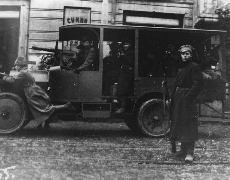 Un automóvil con un destacamento armado de la Guardia Roja, octubre de 1917, Moscú.  Guardia Roja - Las fuerzas armadas voluntarias, crear organizaciones del Partido territoriales del POSDR (b) para la puesta en práctica de la revolución de 1917 en Rusia, la principal forma de organización militar de los bolcheviques durante la preparación y ejecución de la revolución de octubre y los primeros meses de la Guerra Civil.