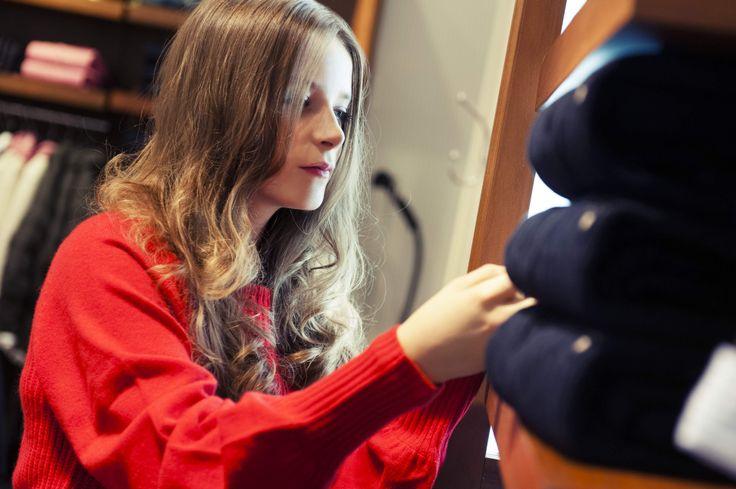 Emma elegáns, karácsonyi ruhákat válogat a GANT-ban