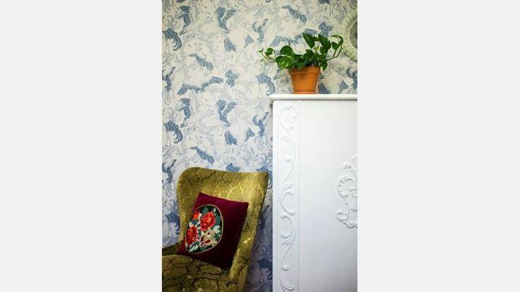 Äldsta dotterns sovrum har seglat upp som Tiinas favorit. Det vita skåpet tyckte några gubbar borde ha blivit ved, men Tiina såg möjligheten med några lager färg.   Bild: Thea Holmqvist