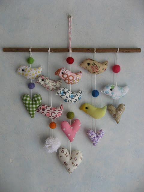 Móvil de aire romántico con pajaritos y corazones realizados en tela  de www.mykonos