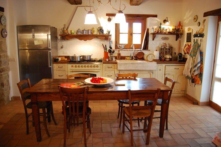 La Cucina La Fornace, questo è il nome che i proprietari hanno voluto dare alla loro cucina provenzale decapata, in ricordo della vecchia destinazione d'uso della loro abitazione, è l'espressione genuina dell'accoglienza e della praticità.  Una cucina di piccole dimensioni ma così ben organizzata e studiata da possedere ogni dote di funzionalità.