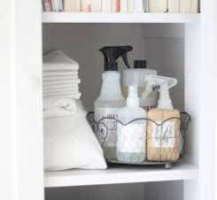 Ik weet niet hoe het bij jou thuis is, maar bij ons thuis stonden altijd aardig wat schoonmaakmiddelen in de kast. Eigenlijk te belachelijk voor woorden, want met een paar simpele natuurlijke middelen kun je je huis ook heel goed schoon krijgen.