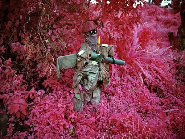 O fotógrafo irlandês Richard Mosse retrata o massacre, a violência e o sofrimento humano da 2ª Guerra do Congo utilizando filme infravermelho – Kodak Aerochrome -, originalmente desenvolvido para a detecção de camuflagem, tornando a paisagem verde em tons vibrantes de rosa lavanda e magenta.