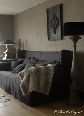 SOFA!--Mooie kalkverf muur in combinatie met een houten vloer grijze linnen bank