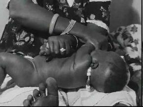 Le Massage Africain Du Nourisson Fille Contrairement Aux Apparences Ce Massage N Est Pas Du Tout Douloureux Pour En 2020 Apprendre A Masser Massage Bebe Nourrisson