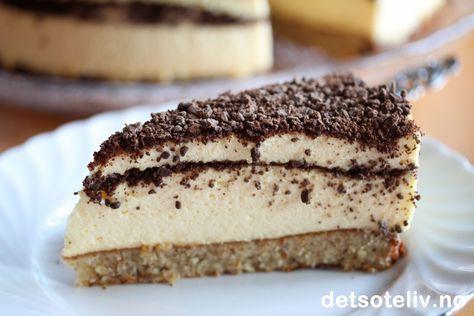 Her har du en festkake som passer til de fleste anledninger! Dronning Maud pudding (også kalt Dronning Maud fromasj) er en nydelig festdessert som ble komponert til ære for Dronning Maud da hun og Kong Haakon dro til Haugesund på signingsferd i 1906. Desserten består av flere lag med luftig eggefromasj og kokesjokolade, og serveres gjerne med kransekake som tilbehør. Dronning Maud fromasjkake er en selvkomponert kake som jeg har basert på de samme ingrediensene som den berømte desserten…