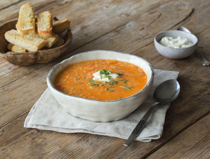 De gedroogde abrikozen geven deze soep een zoete smaak. Dit wordt versterkt door de dragon. Dit kruid smaakt namelijk een beetje naar drop en anijs. Dragon wordt veel gebruikt in de Franse keuken.