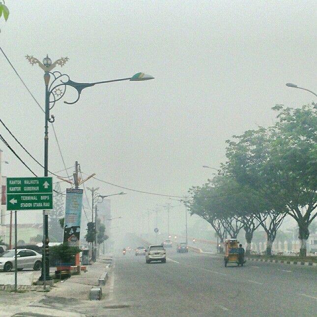 Salahsatu sudut Kota Pekanbaru akibat asap pada hari Sabtu, pukul 07.00 wib
